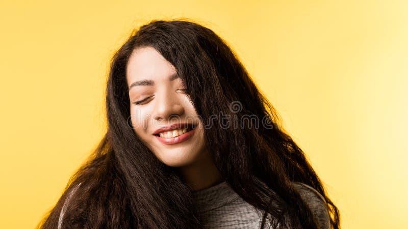 Lycklig road förtjust emotionell flickastående fotografering för bildbyråer