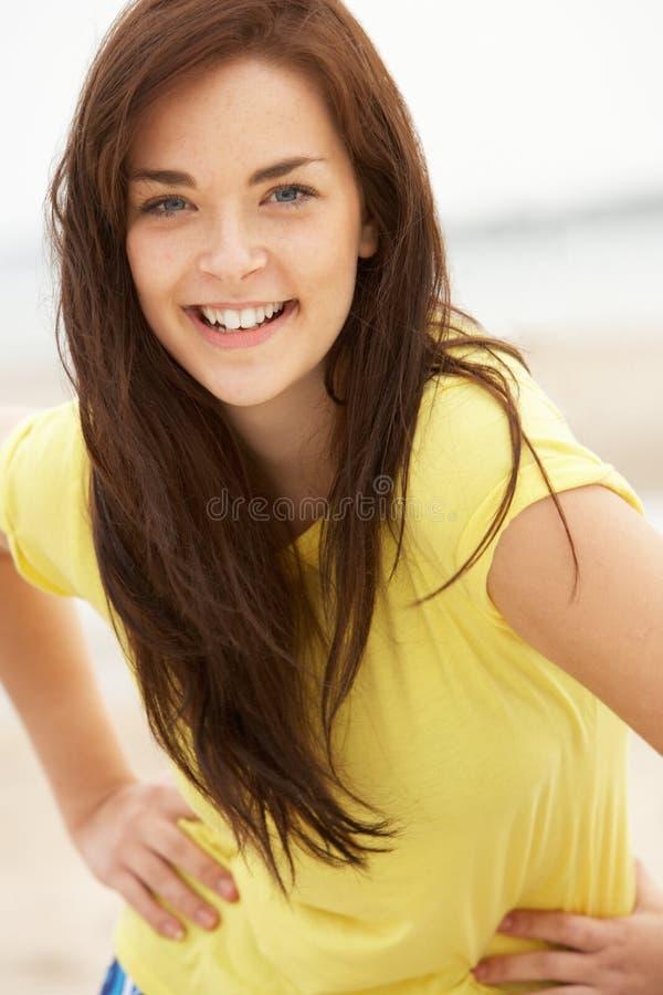 lycklig rolig flicka för strand ha tonårs- arkivfoton
