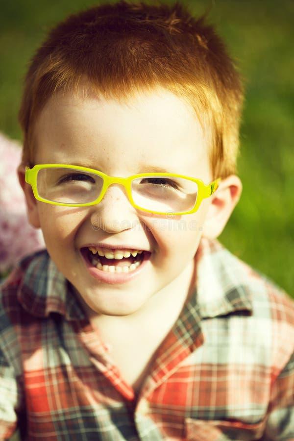 Lycklig rolig röd haired pojke royaltyfri bild