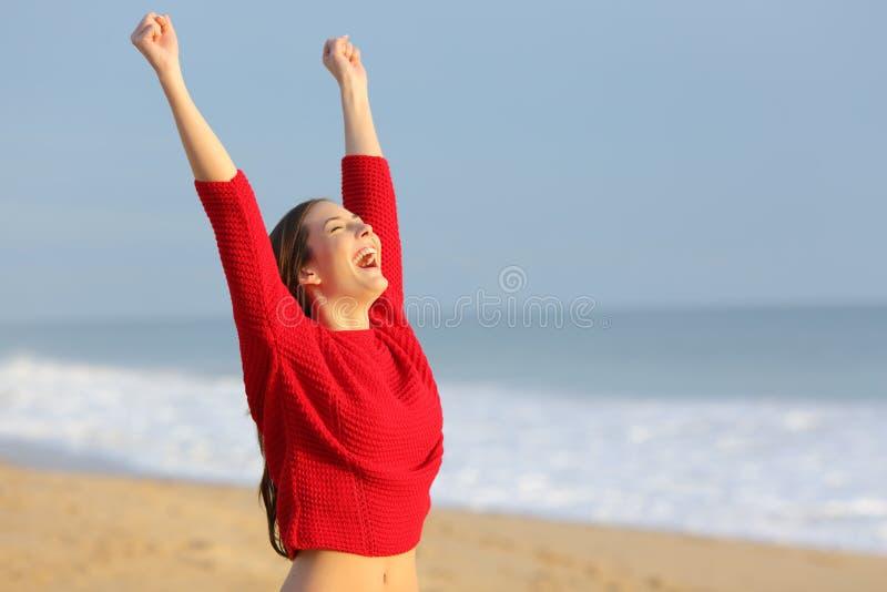 Lycklig rolig upphetsad kvinna på stranden arkivbild