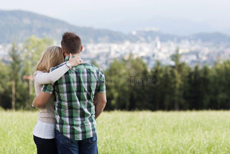 Lycklig romantisk paranseendearm i arm arkivfoto
