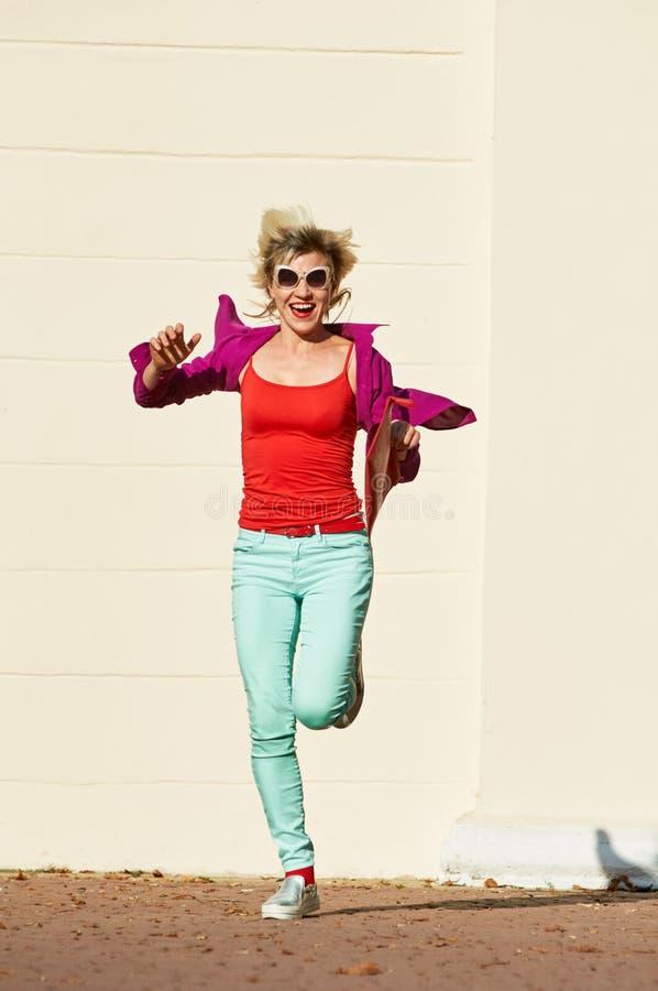 lycklig running kvinna arkivbilder