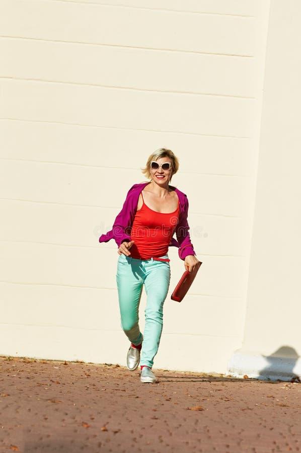 lycklig running kvinna royaltyfri bild