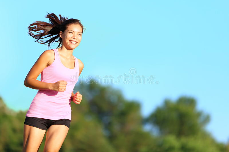 lycklig running kvinna arkivbild