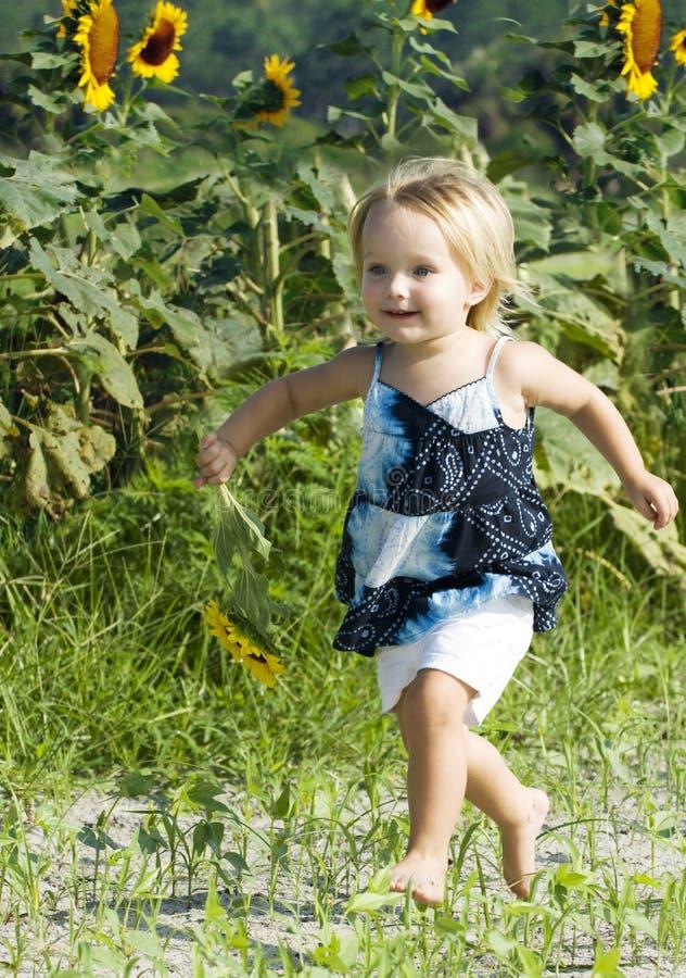 lycklig running litet barn för fält royaltyfri bild