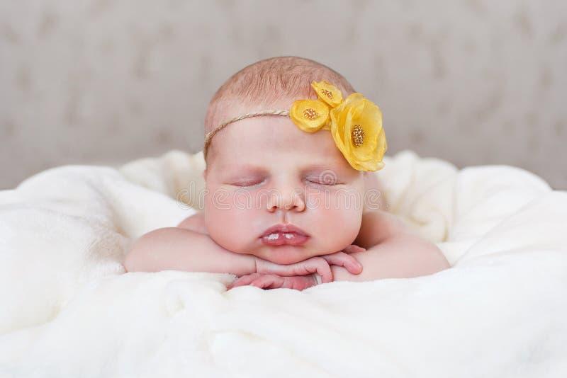 Lycklig söt sömn behandla som ett barn fotografering för bildbyråer