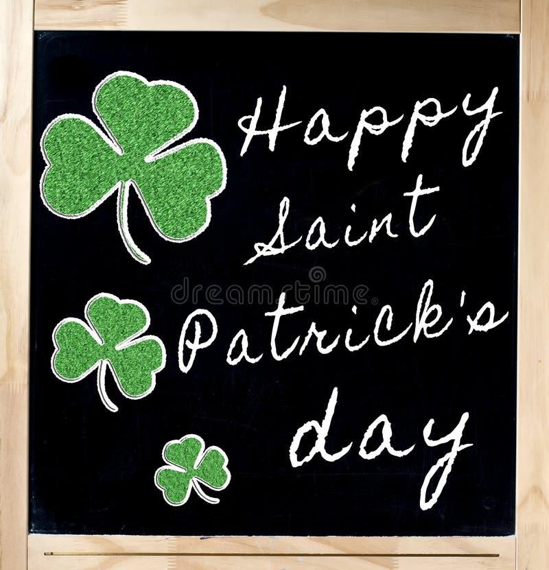 Lycklig Sanktt Patrick s dag på blackboarden arkivfoto