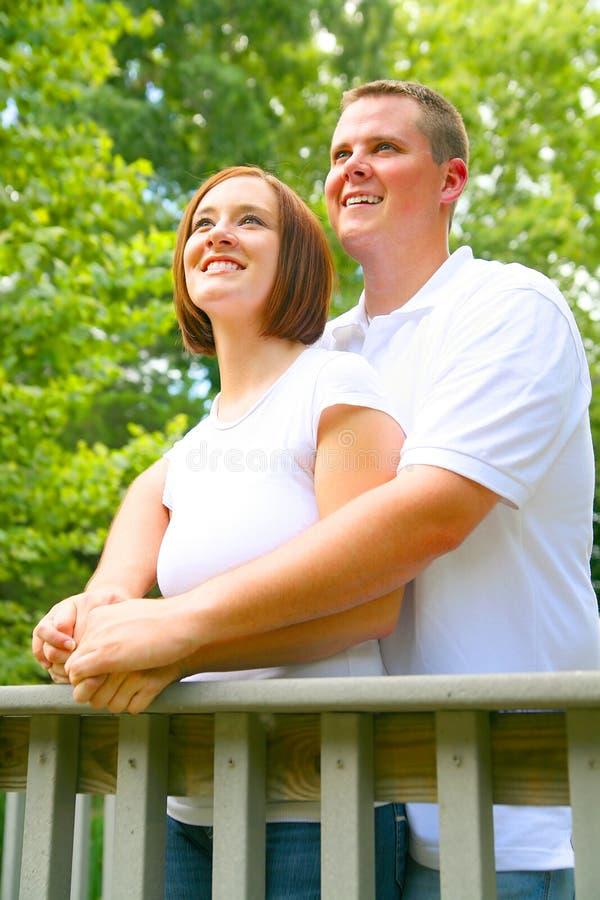 lycklig seende sight för par fotografering för bildbyråer