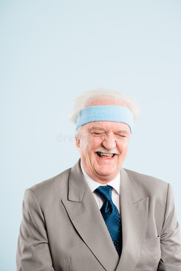 Bakgrund för blått för definition för kick för rolig manstående verkligt folk royaltyfria foton