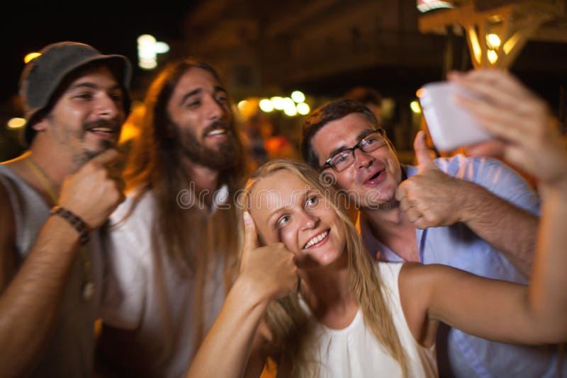 Lycklig selfie av vänner på natten royaltyfri fotografi