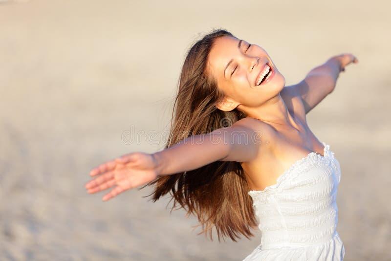 Lycklig semesterkvinna royaltyfria bilder