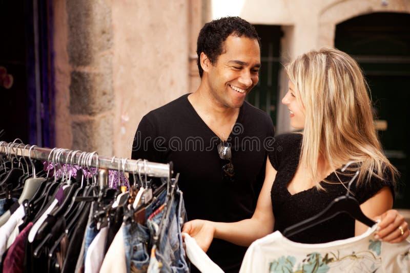 lycklig shopping för par royaltyfri bild