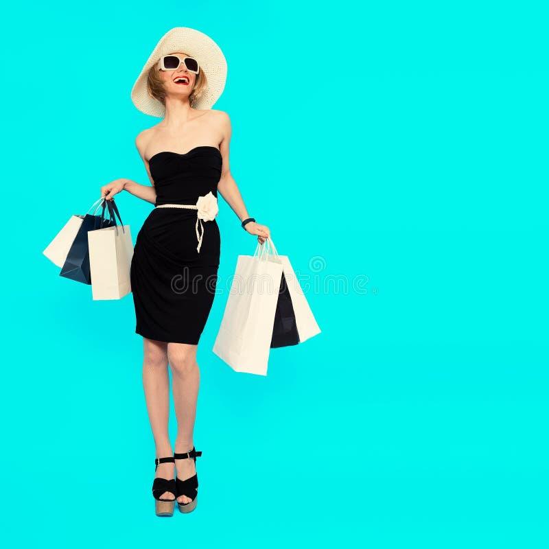 lycklig shopping Glamorös sommardam royaltyfria foton