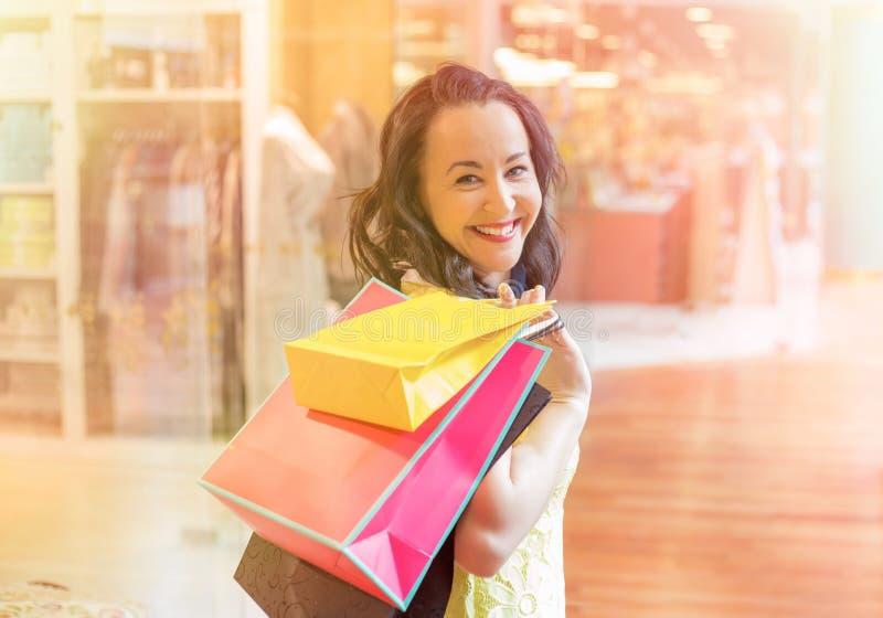 lycklig shoppingkvinna fotografering för bildbyråer