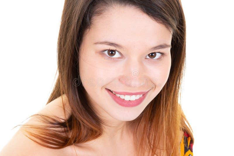 Lycklig sinnesrörelse som ler den nätta flickaståendecloseupen för gladlynt ung kvinna royaltyfri bild