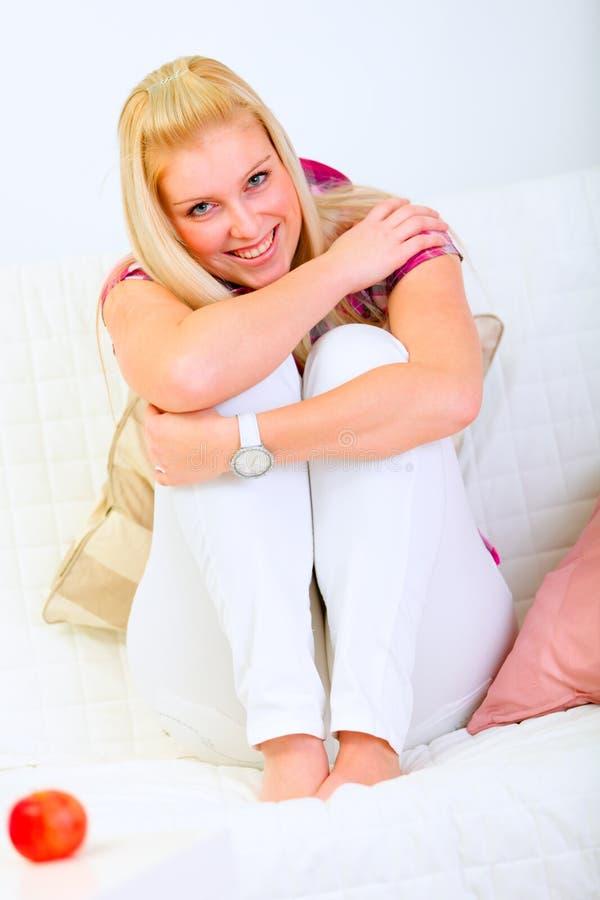 lycklig sittande kvinna för härlig divan royaltyfria foton