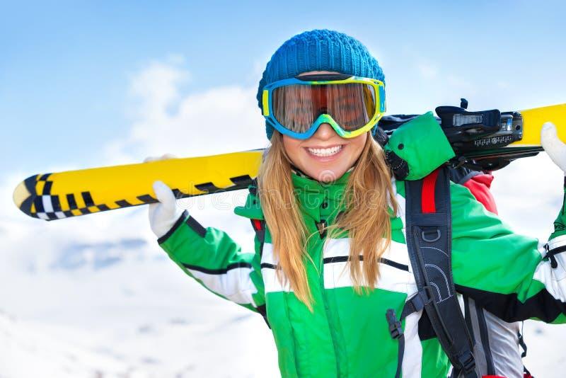 Lycklig skidåkarekvinna fotografering för bildbyråer