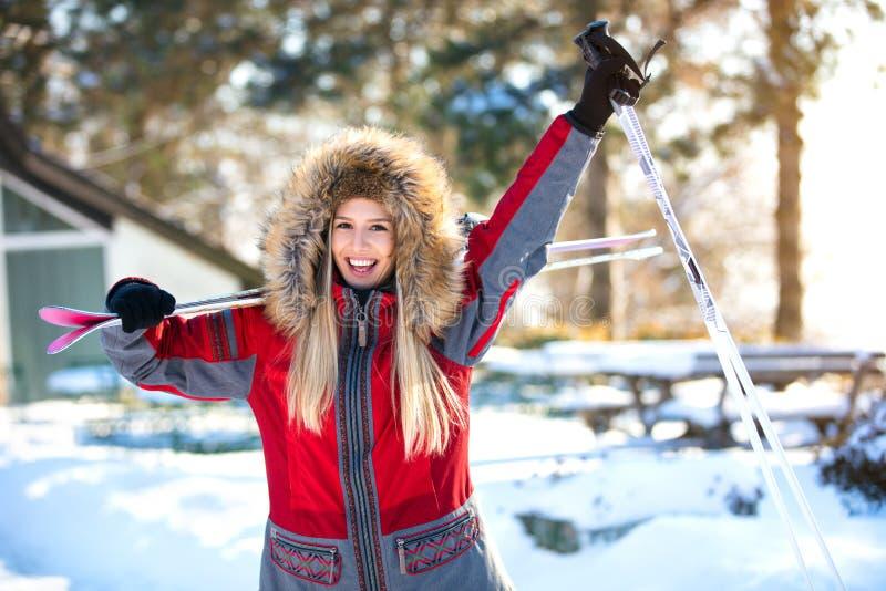 lycklig skier för kvinnlig royaltyfri fotografi