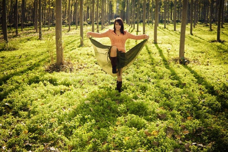 lycklig skogflicka fotografering för bildbyråer