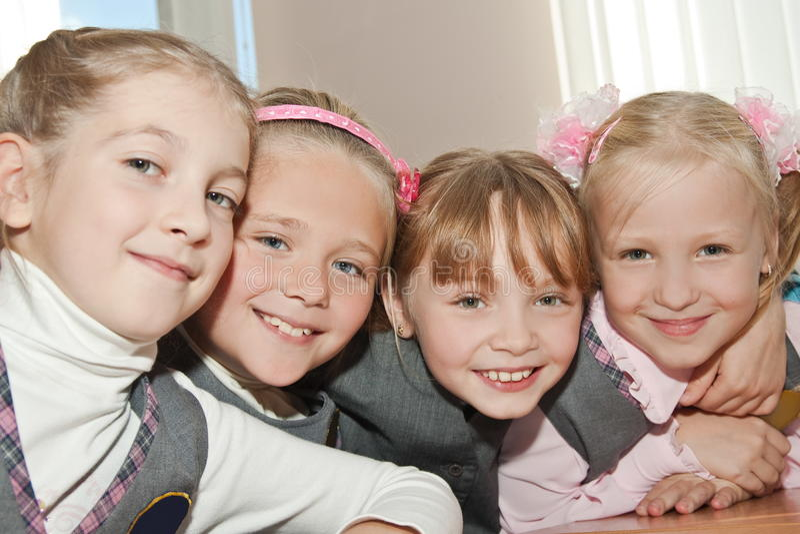 lycklig skola för fyra flickvänner arkivbilder