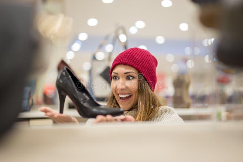 Lycklig skoshopping för ung kvinna royaltyfri bild