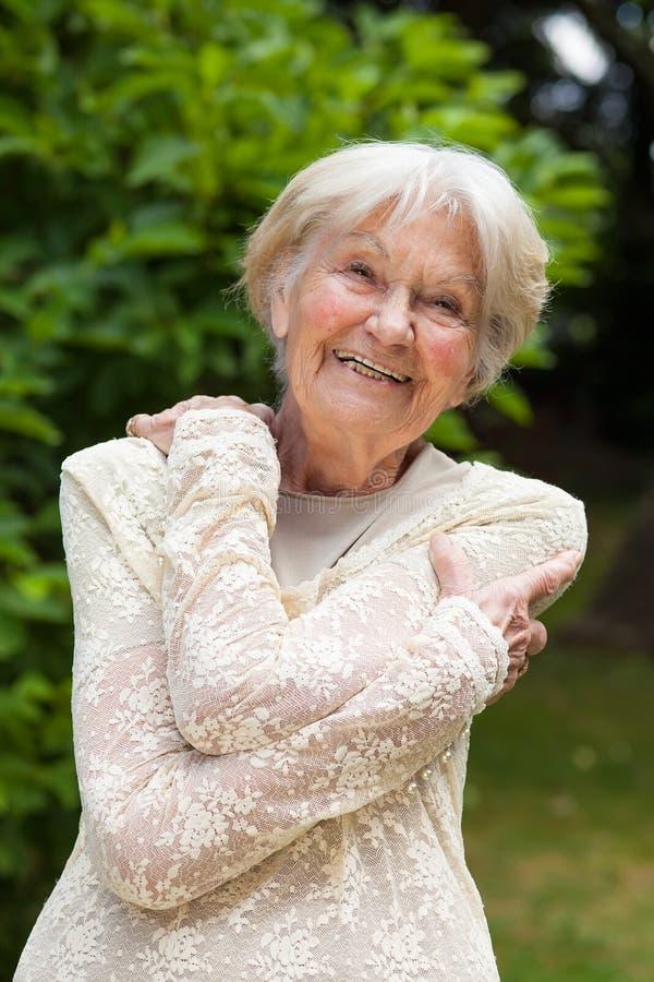 Lycklig skratta äldre kvinna arkivbilder