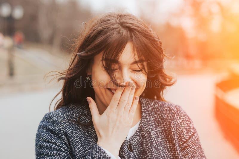 Lycklig skratta härlig stor kvinna royaltyfri fotografi