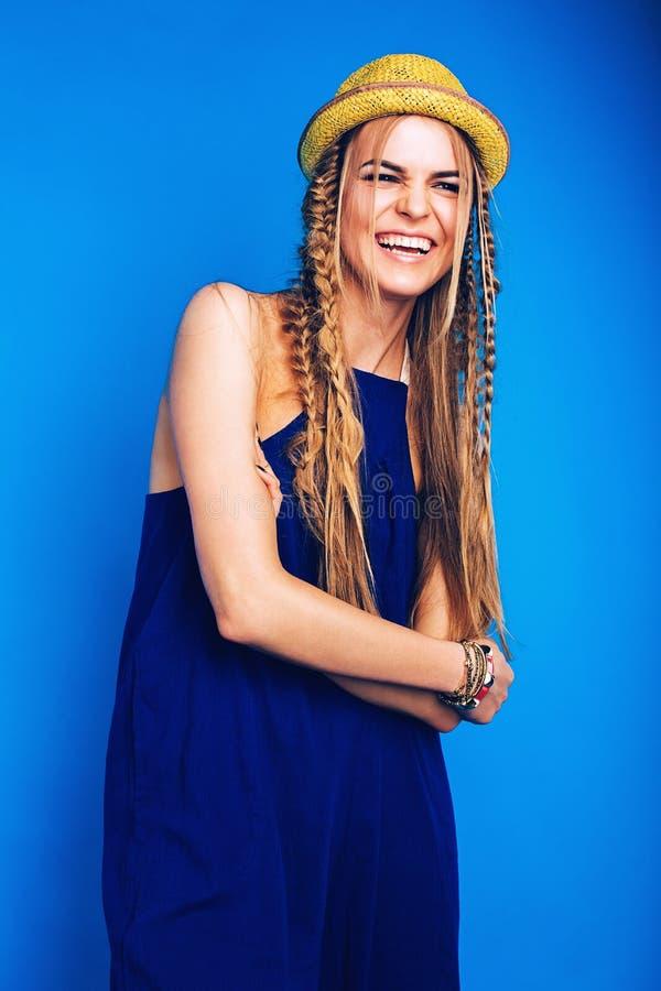 Lycklig skratta kvinna i blå overall och gulinghatt arkivbilder