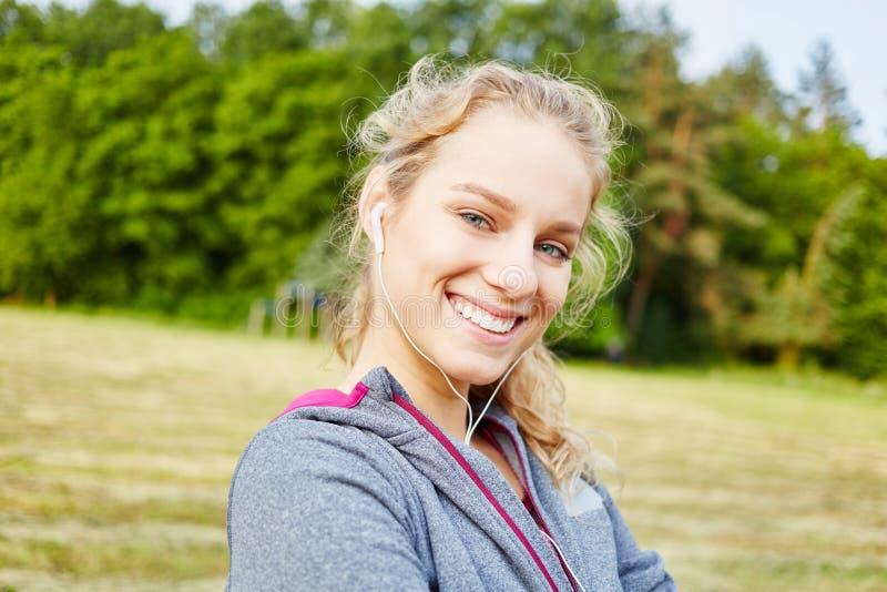 Lycklig skratta kvinna på konditiongrupp arkivbild