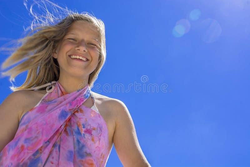Lycklig skratta tonårs- flicka 13-14 år royaltyfria bilder