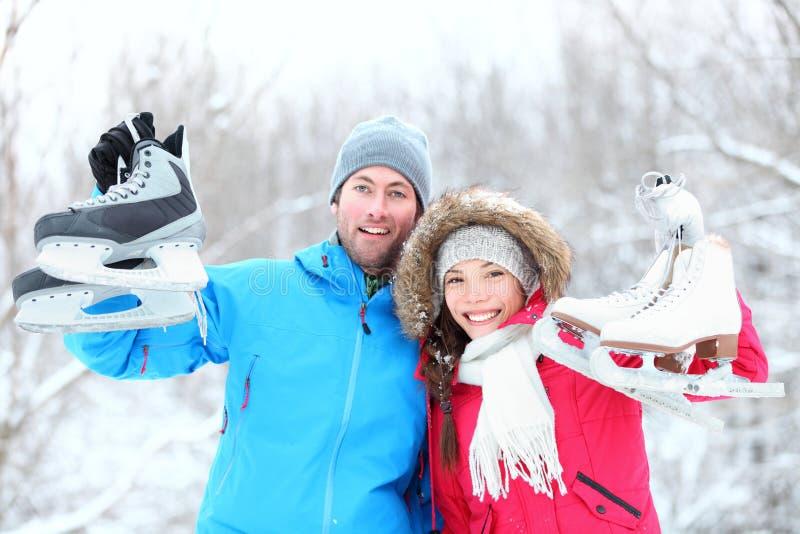 lycklig skridskoåkningvinter för par arkivfoton