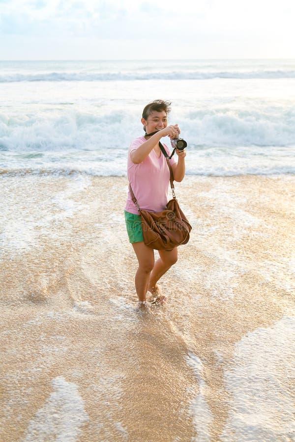 Lycklig skytte för kvinna på stranden royaltyfri fotografi