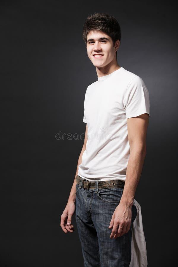 lycklig slitage white för manskjorta t arkivfoto