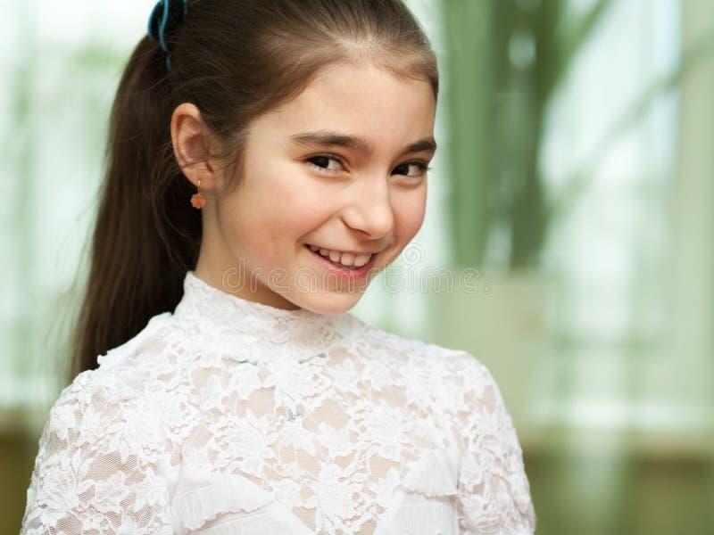 Lycklig sly liten flicka fotografering för bildbyråer