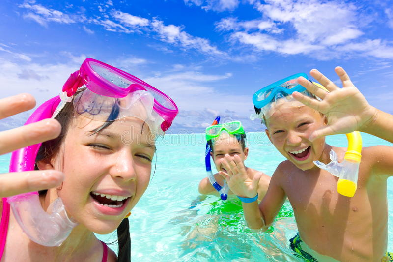 lycklig snorkeling för barn royaltyfri fotografi