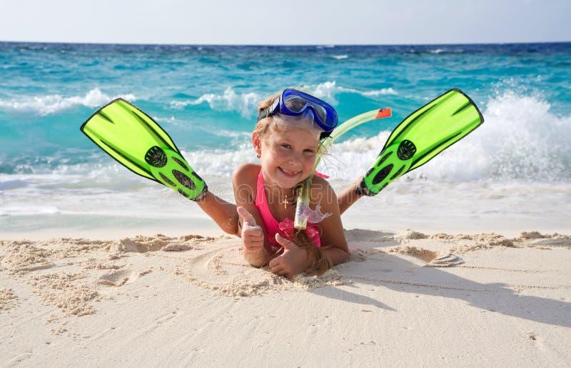lycklig snorkeling för utrustningflicka royaltyfria bilder