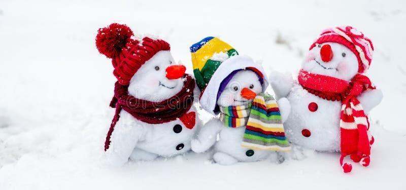 lycklig snowman för familj arkivbilder