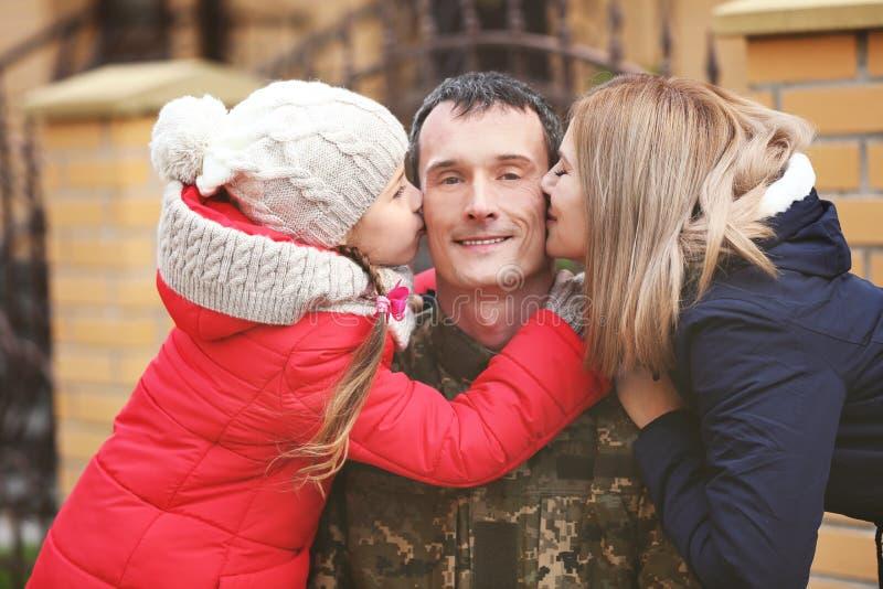 Lycklig soldat med hans familj arkivfoton