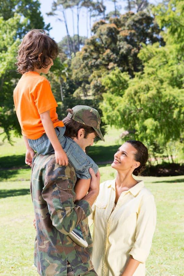 Lycklig soldat som återförenas med familjen royaltyfria bilder
