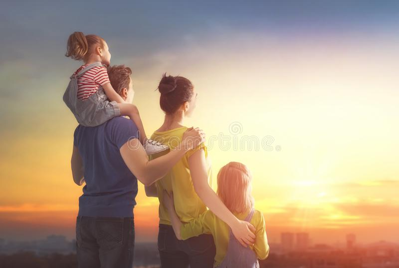 lycklig solnedgång för familj