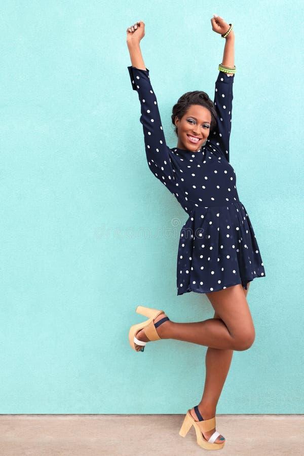 Lycklig sommarafrikansk amerikankvinna royaltyfri fotografi
