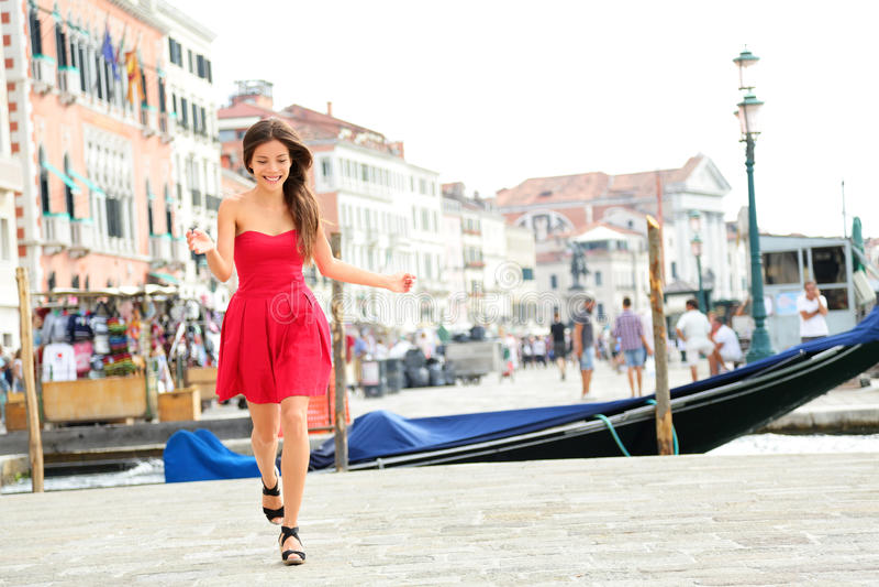 Lycklig sommarflickaspring i klänningen, Venedig, Italien royaltyfri foto