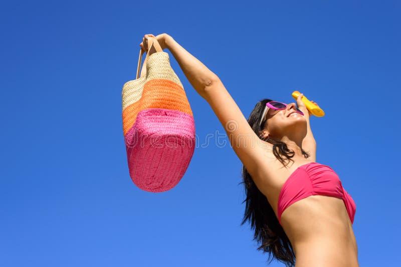 Lycklig sommarhudomsorg med sunscreen arkivfoton