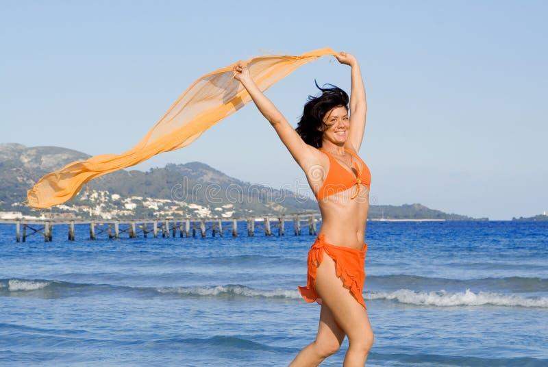 lycklig sommarsemesterkvinna royaltyfria foton
