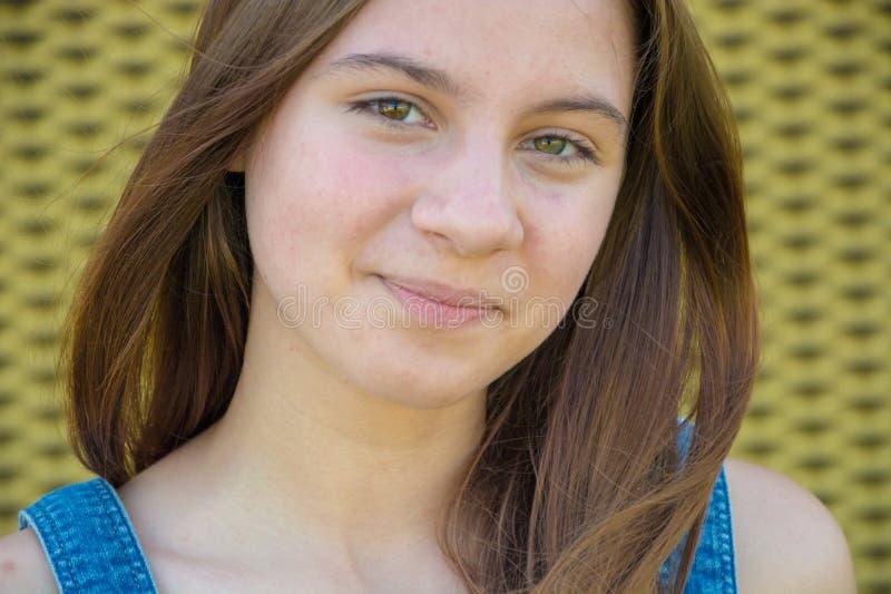 Lycklig sommarstående av den tonårs- flickan med långt hår royaltyfri bild