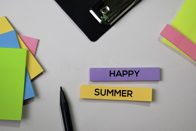 Lycklig sommartext på klibbiga anmärkningar med begrepp för kontorsskrivbord royaltyfri bild