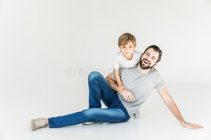 lycklig son för fader arkivbild