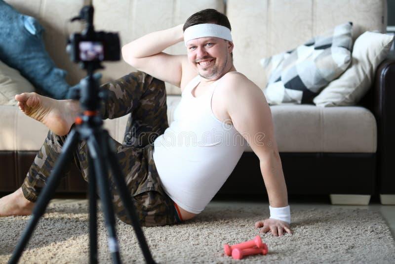 Lycklig sport Vlogger som poserar till den Digital camcorderen royaltyfri foto