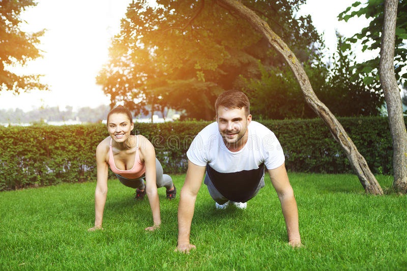 Lycklig sportig barnparutbildning arkivfoto