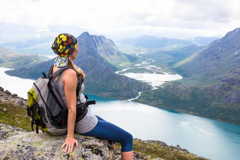 Lycklig sportkvinna som fotvandrar i Bassegen norway royaltyfri bild